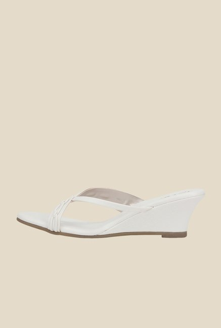 La Briza White Toe Ring Sandals