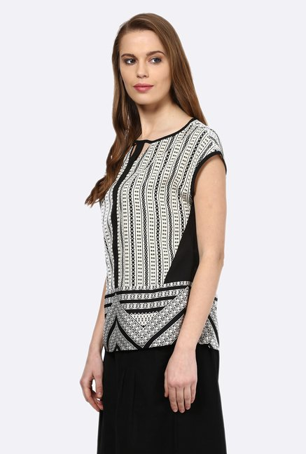 109 F Black & White Printed Top