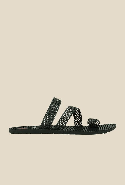 Get Glamr Sandro Black Toe Ring Sandals