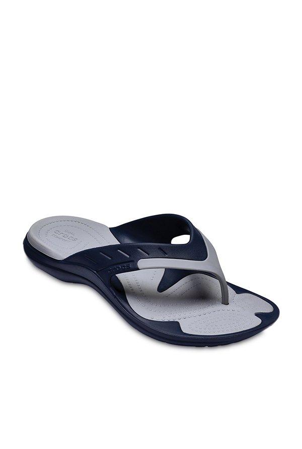 halv av skridsko skor bäst giltig Buy Crocs Modi Navy & Light Grey Flip Flops for Men at Best Price ...